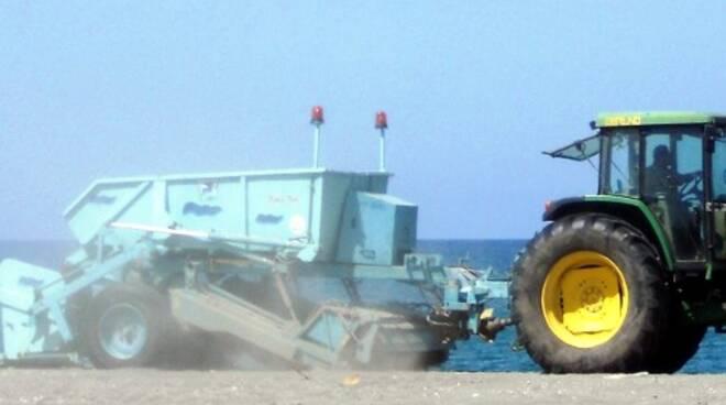 pulizia spiaggia trattore