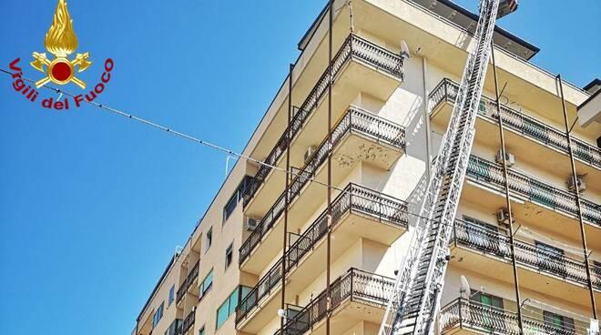 incendio tettoia vigili del fuoco