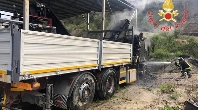 incendiati automezzi a san sostene