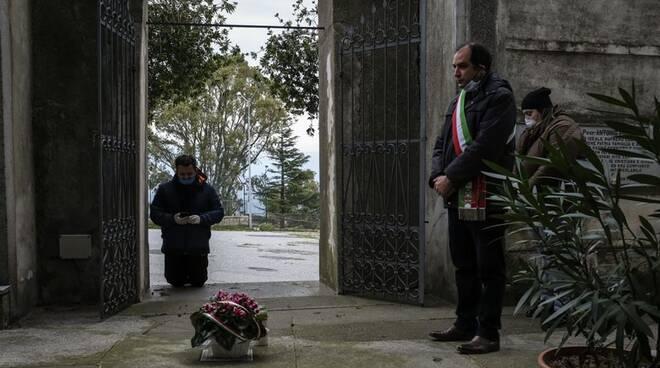 sindaco di Maida omaggia defunti in tempo di coronavirus