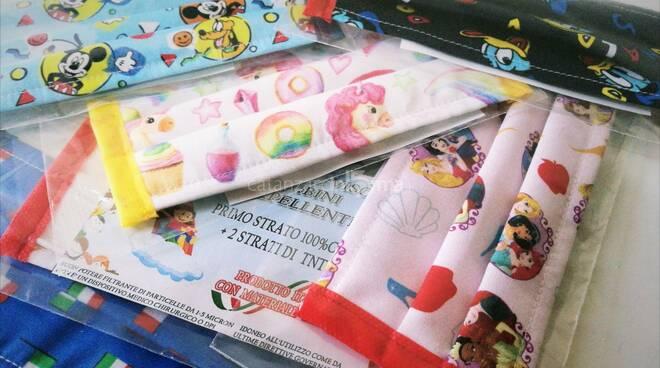 vicesindaco di cerva regala mascherine con stampe disney ai bambini