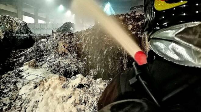 incendio rifiuti deposito