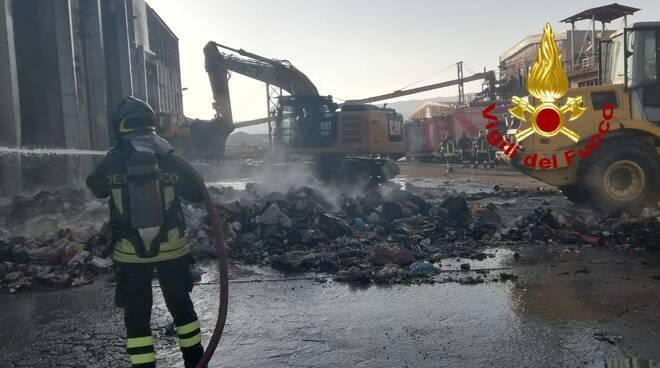 Incendio rifiuti zona industriale