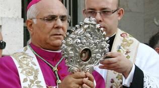 Monsignor Bertolone con reliquia di san Vitaliano