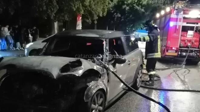 Auto in fiamme Giardini