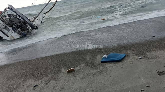 barca migranti arenata a catanzaro